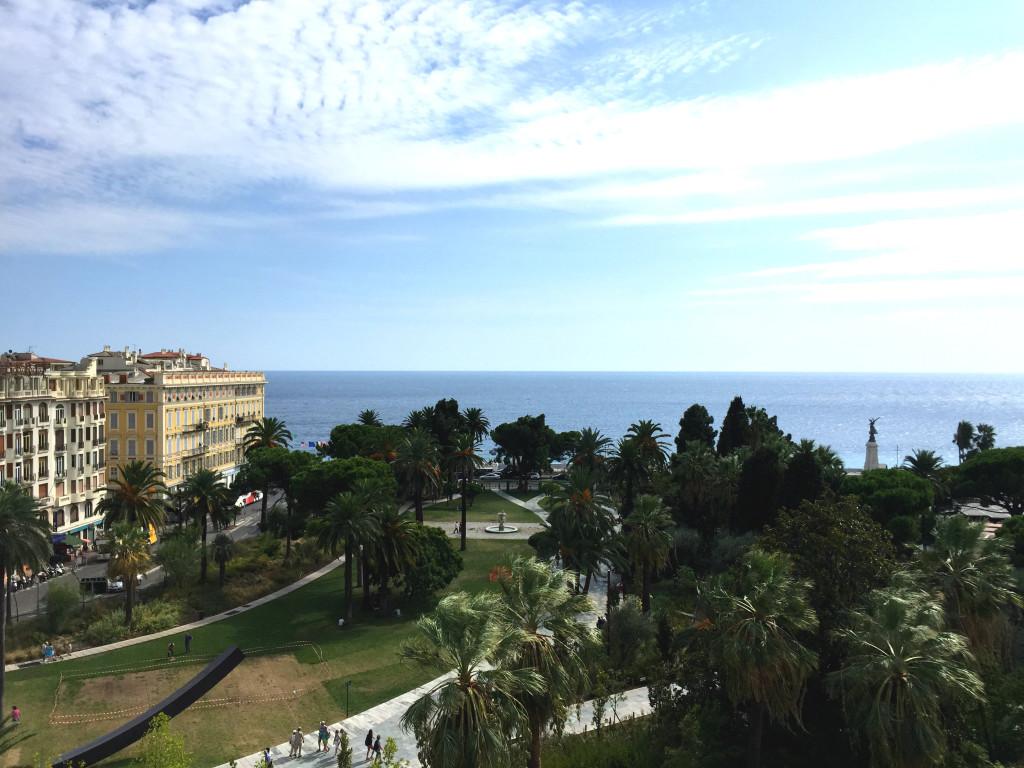 Hoteldachterrasse mit Blick aufs Meer